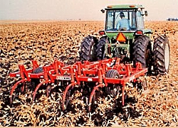 Conservation Tillage: Minimizing tillage and maintaining a crop residue on the soil surface can greatly reduce erosion impacts Agricultural Management Practices for Water Quality Protection--Watershed Academy Web, Courtesy US EPA