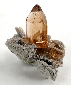 State Symbols: Sherry-colored topaz from Maynard's Claim (Pismire Knolls), Thomas Range, Juab County, Utah, USA, By Rob Lavinsky, iRocks.com – CC-BY-SA-3.0, CC BY-SA 3.0, https://commons.wikimedia.org/w/index.php?curid=10450654